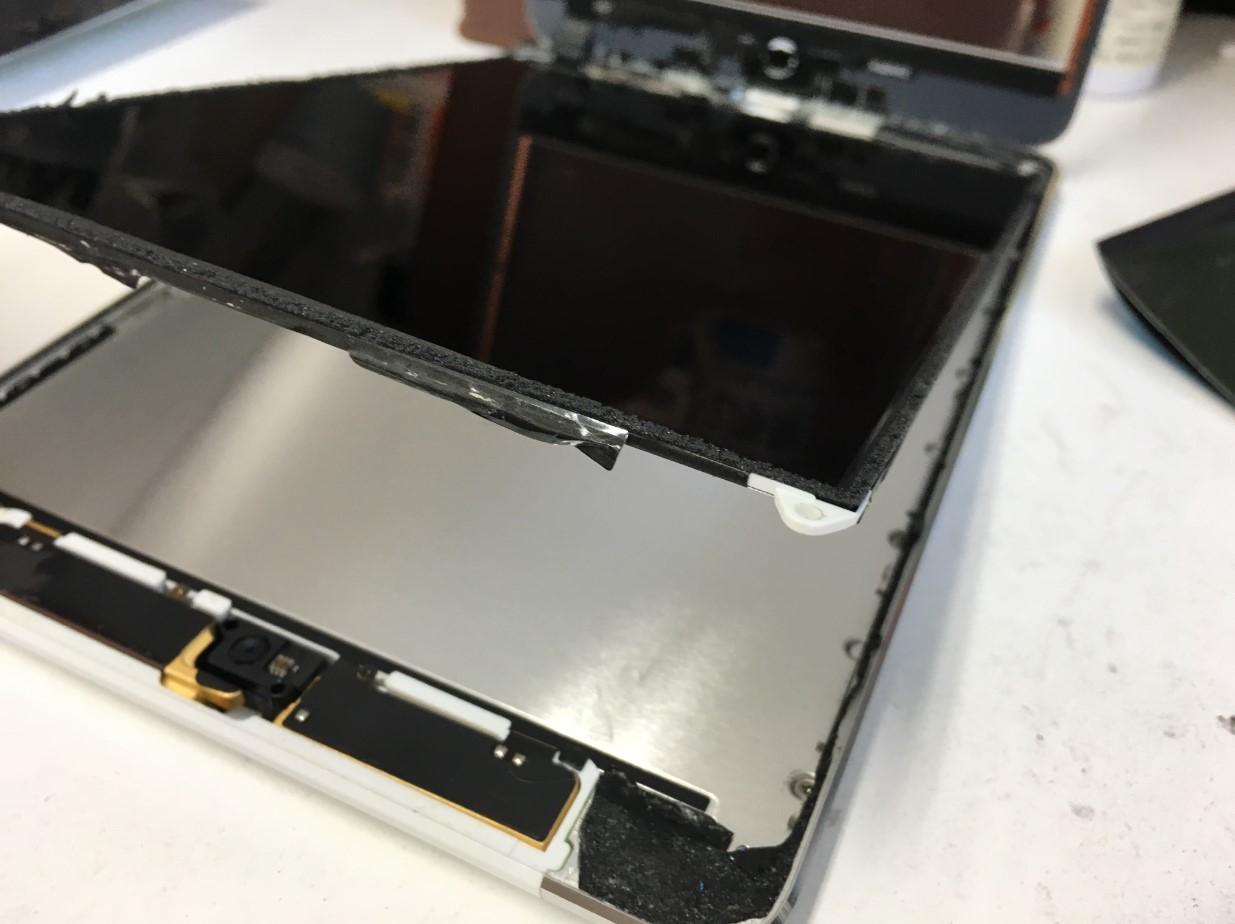 本体から液晶画面を浮かせたiPad mini2