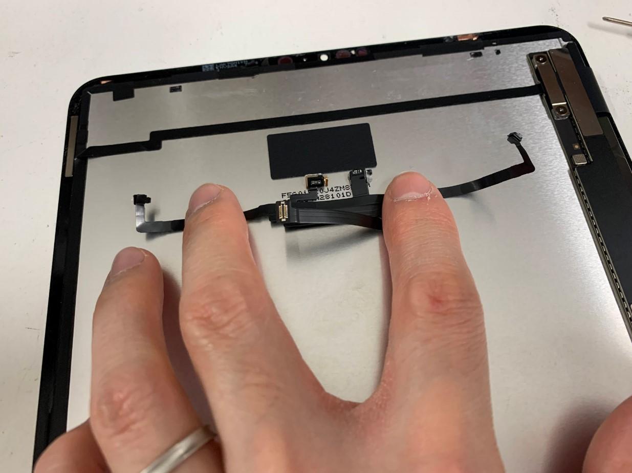 iPadPro11 第2世代の画面パーツから剥がしたFaceIDケーブル
