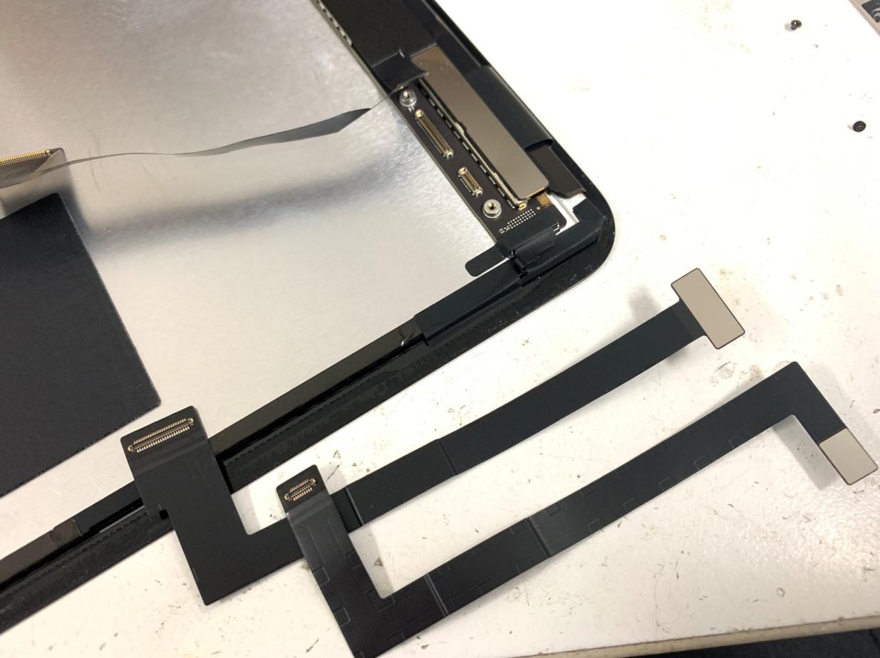 画面パーツと本体を接続するケーブルを外したiPadPro11 第2世代