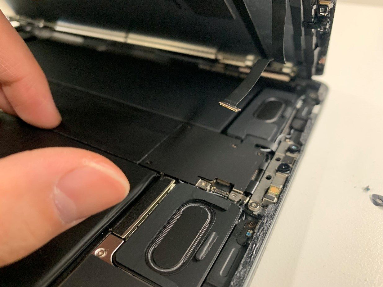 FaceIDケーブルを外したiPadPro11 第2世代