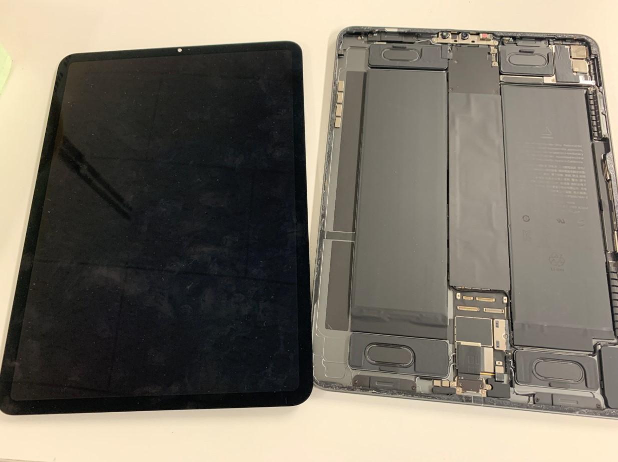 本体から画面パーツを取り出したiPadPro11 第2世代