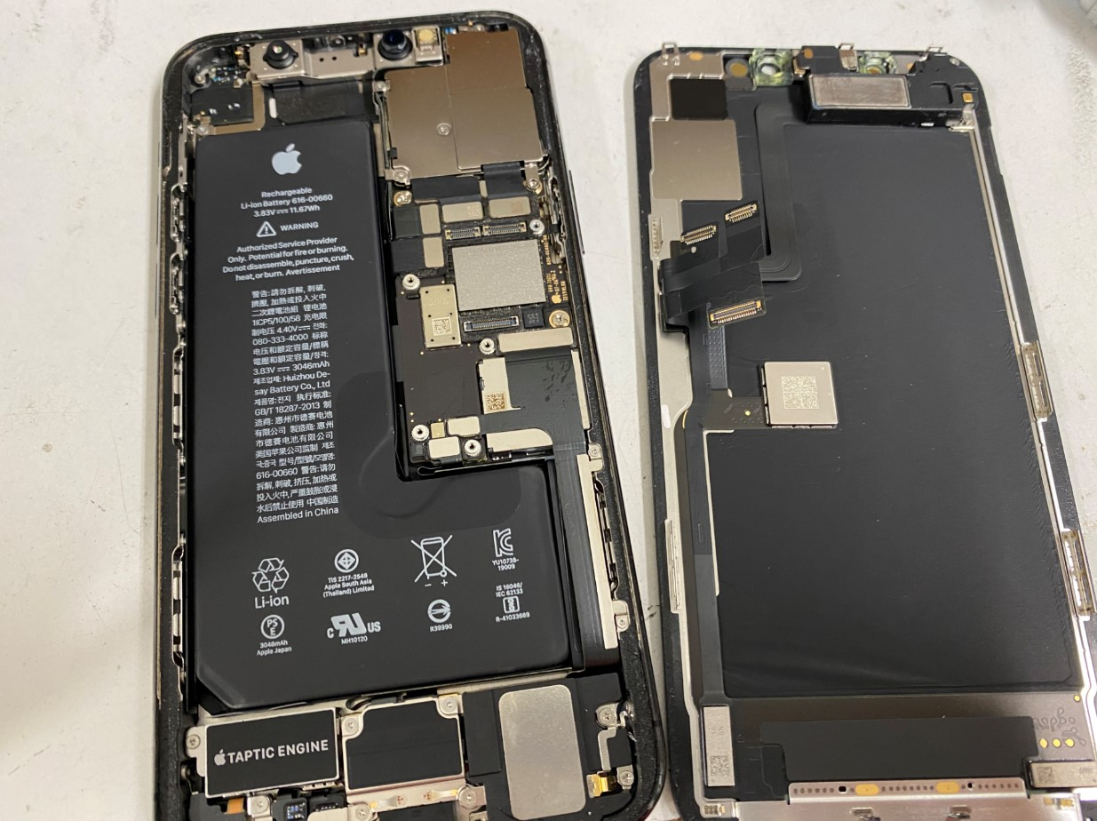 本体から画面パーツを取り出したiPhone11Pro
