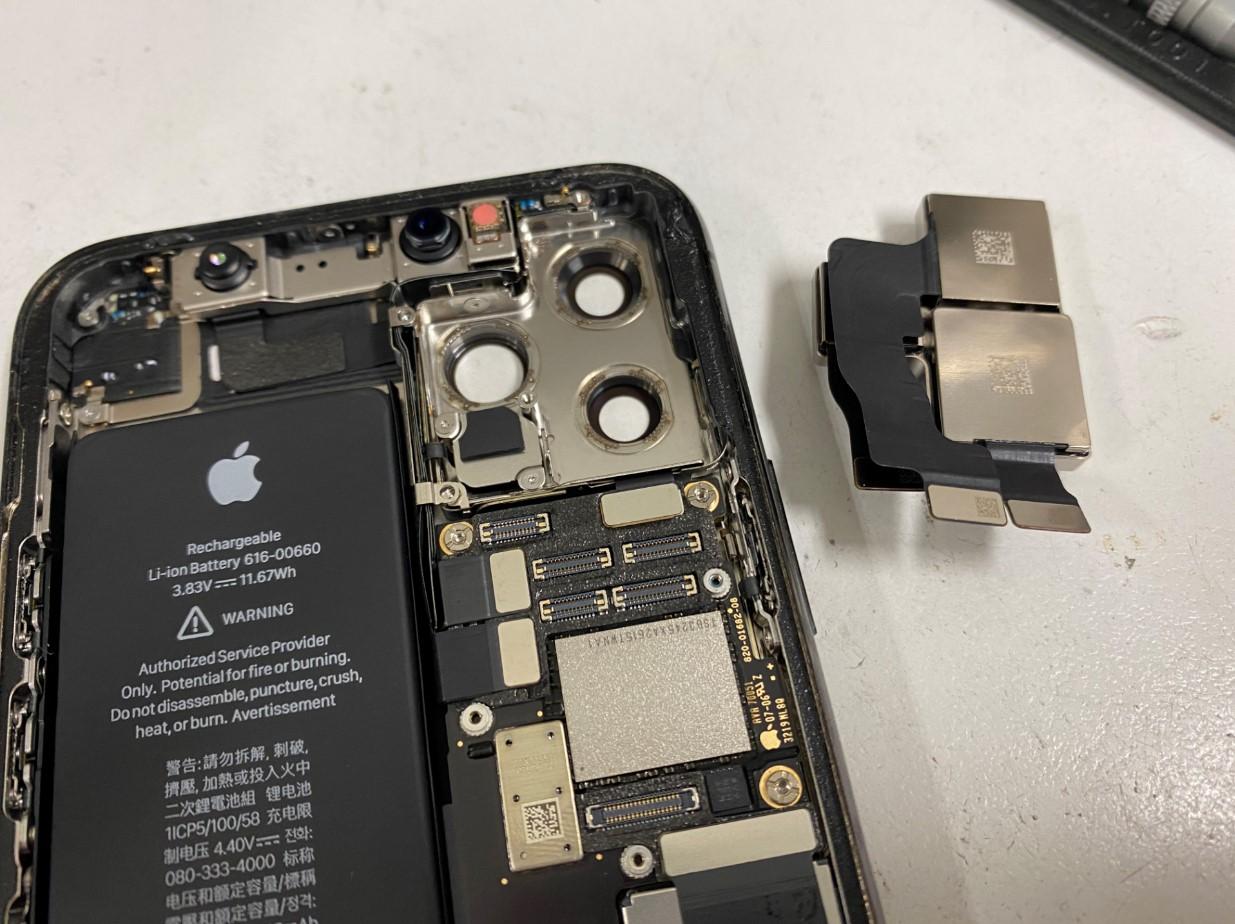 本体からバックカメラを取り出したiPhone11Pro