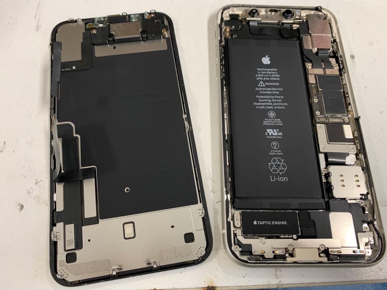 本体から画面パーツを取り出したiPhone11