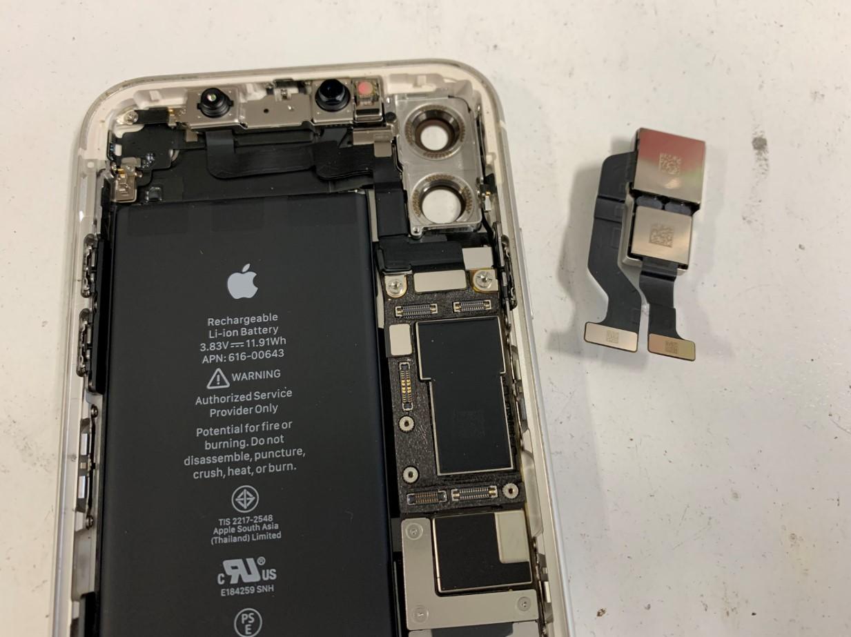 本体からカメラパーツを取り出したiPhone11