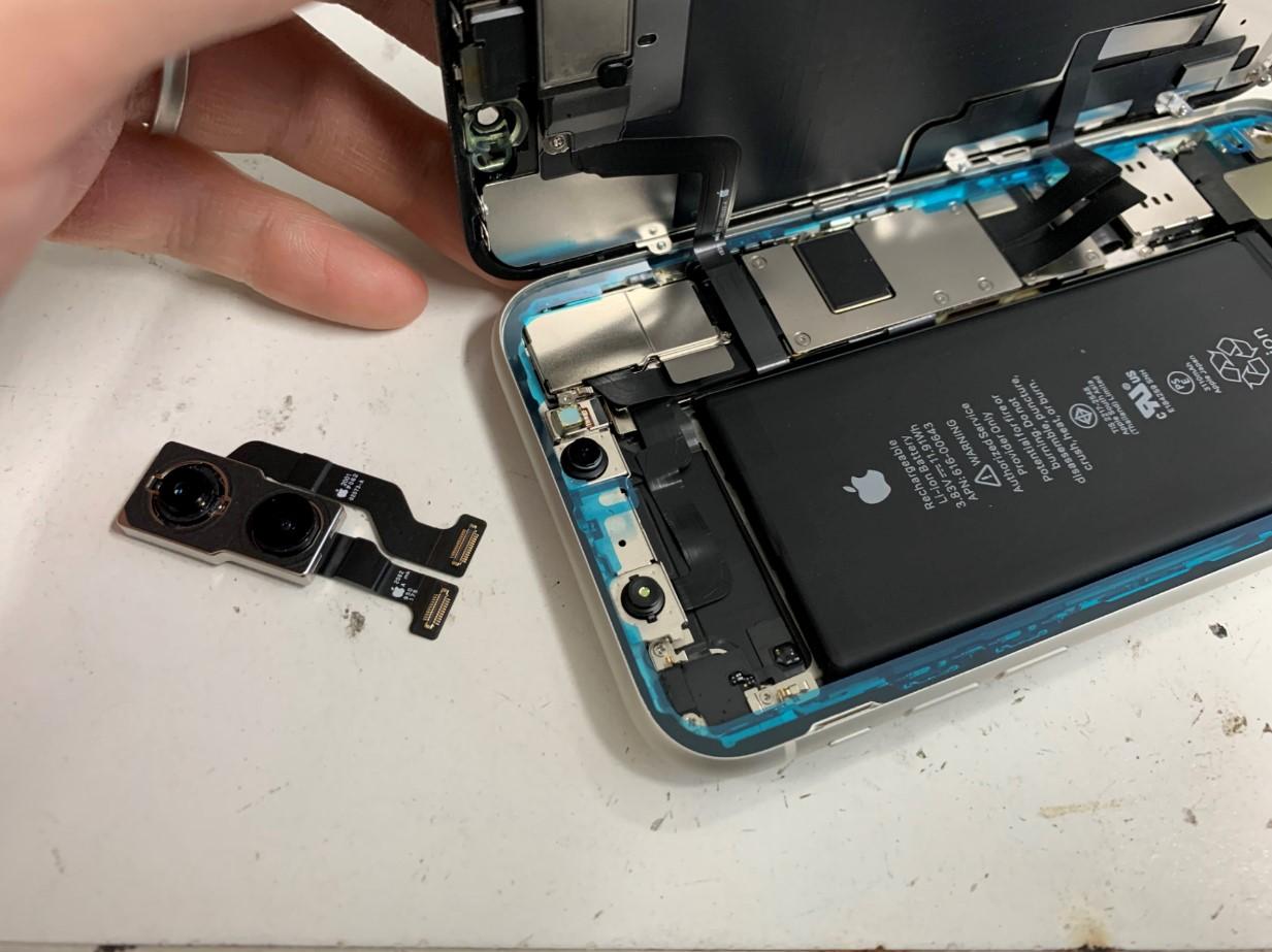 耐水シールを張って画面を閉じようとしているiPhone11