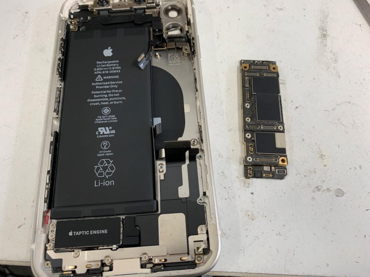 本体から基板を取り出したiPhone11