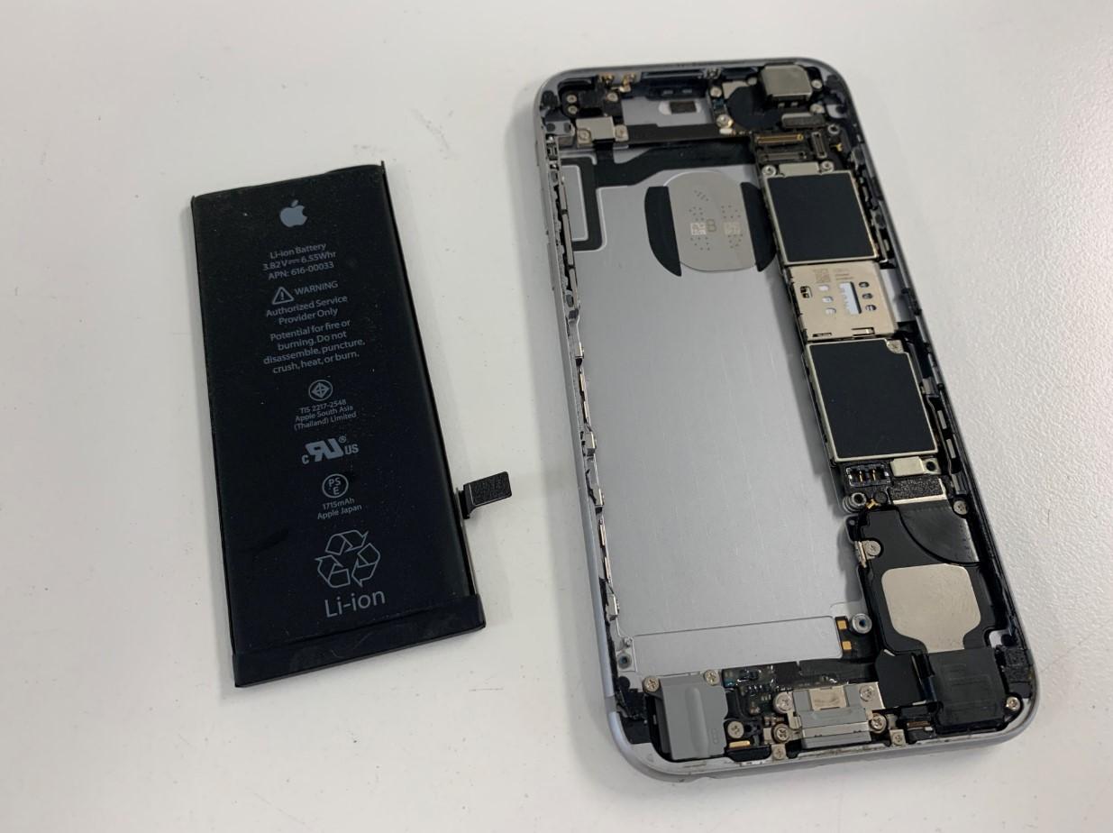 本体からバッテリーを取り出したiPhone6s