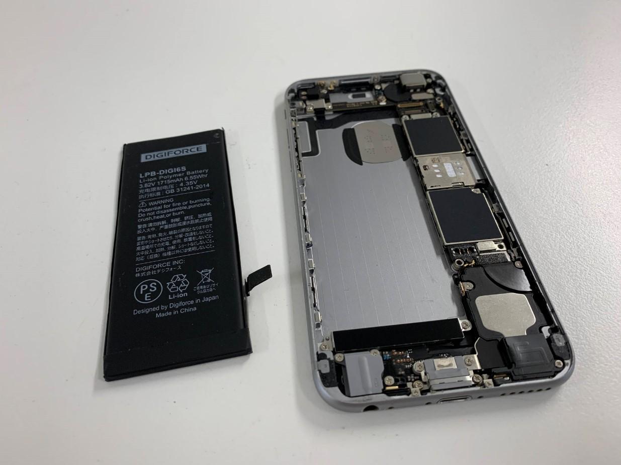 本体からバッテリーを剥がしたiPhone6s