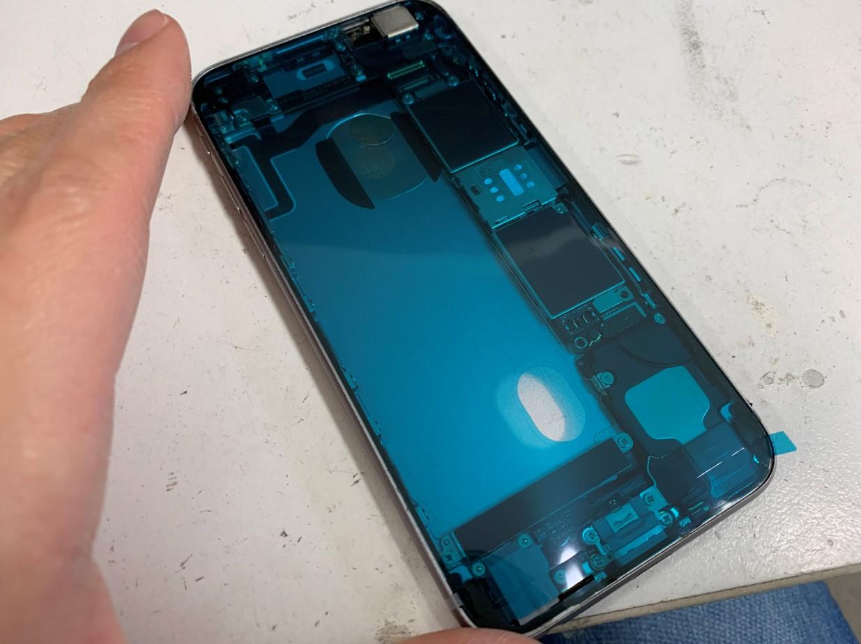 縁に耐水シールを貼っているiPhone6s