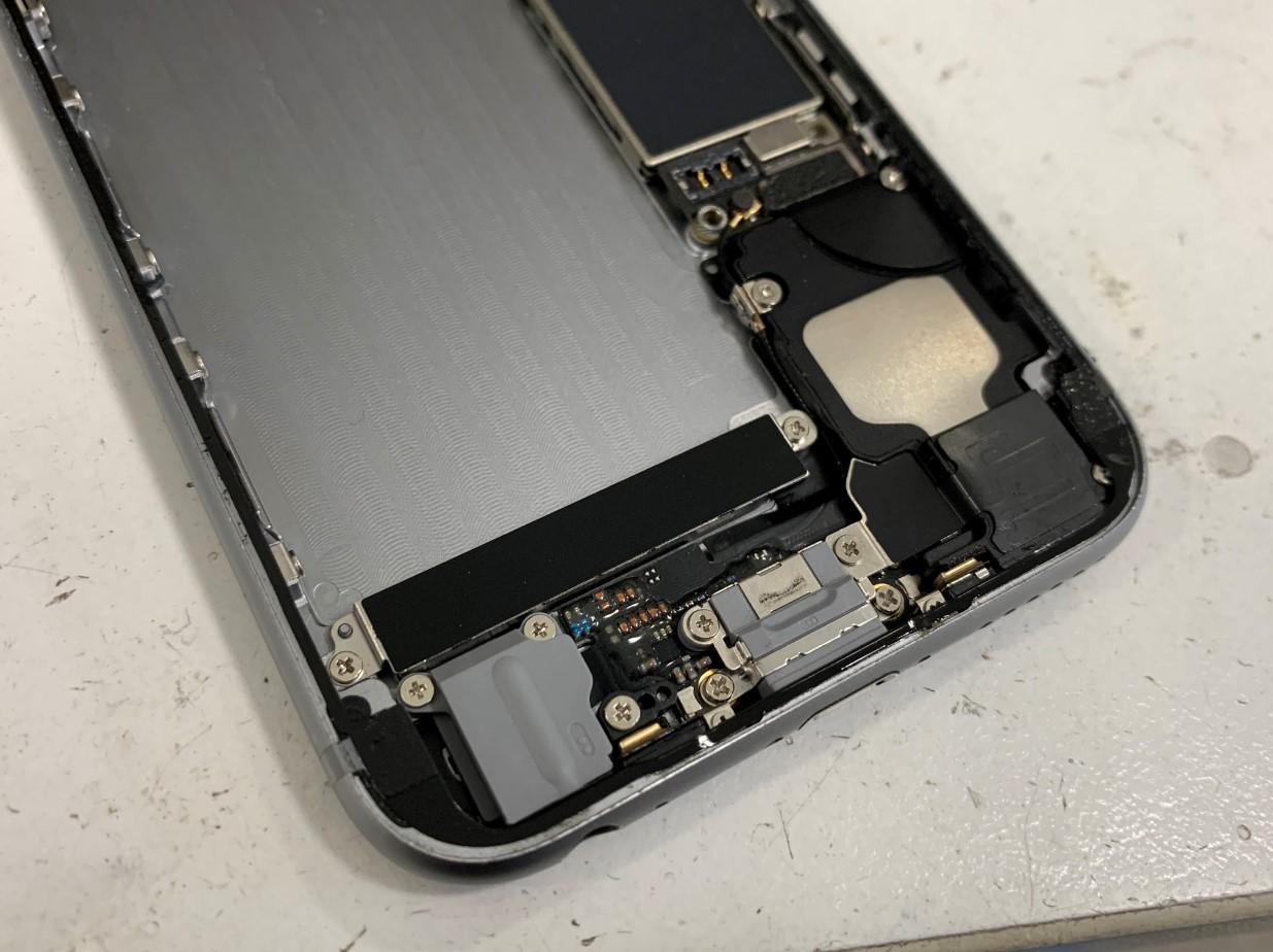 耐水シールを貼り終えたiPhone6s