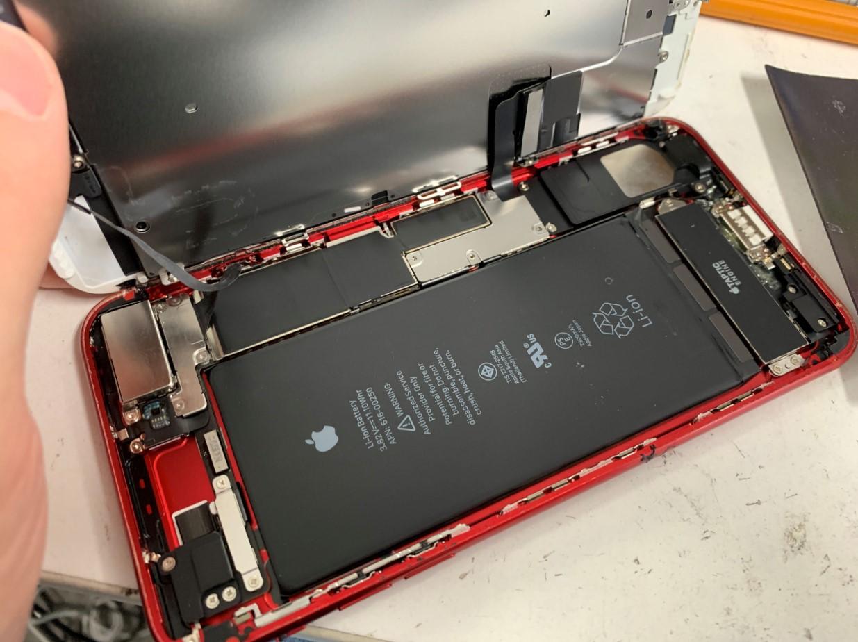 画面を開いて分解したiPhone7Plus