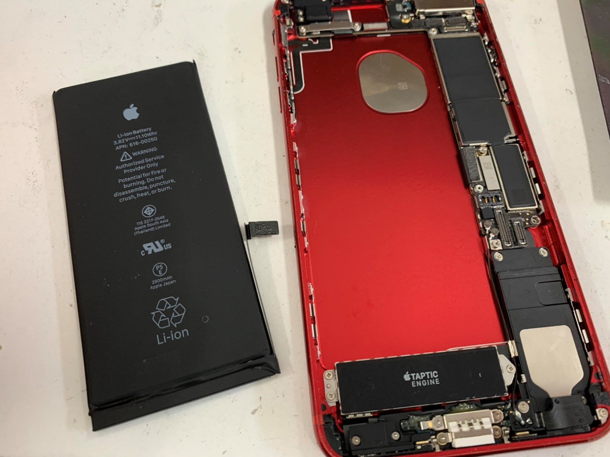 本体からバッテリーを取り出したiPhone7Plus