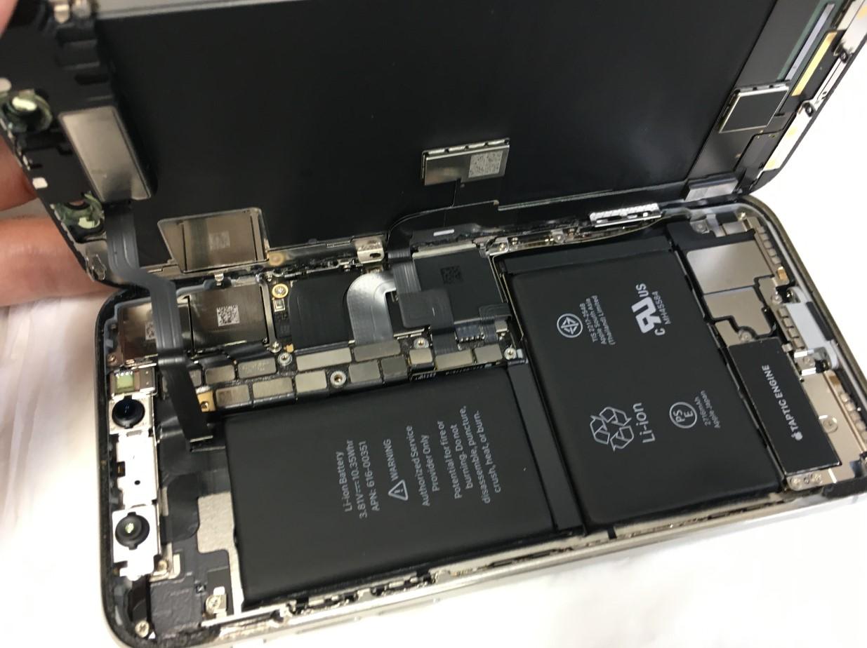 画面を開いて分解しているiPhoneX
