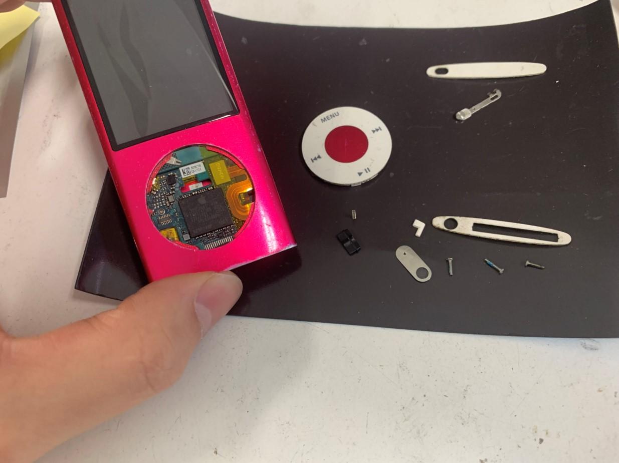 外装を剥がしているiPod nano 第5世代