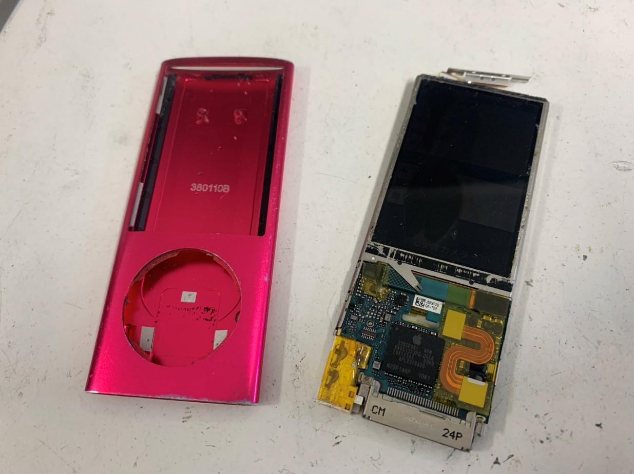 本体基板部分をフレームから取り出したiPod nano 第5世代