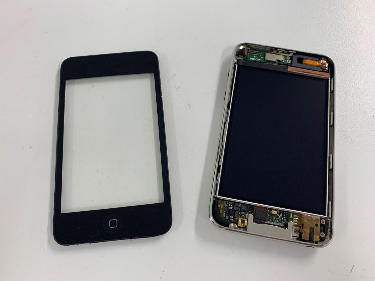 本体からタッチパネルを剥がしたiPod Touch 第2世代