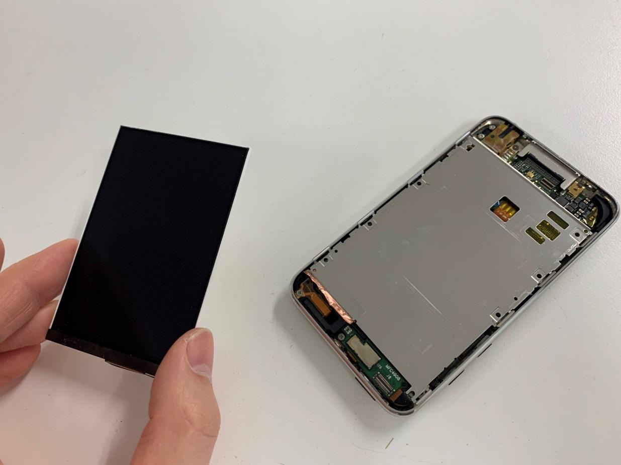本体から液晶画面を取り出したiPod Touch 第2世代
