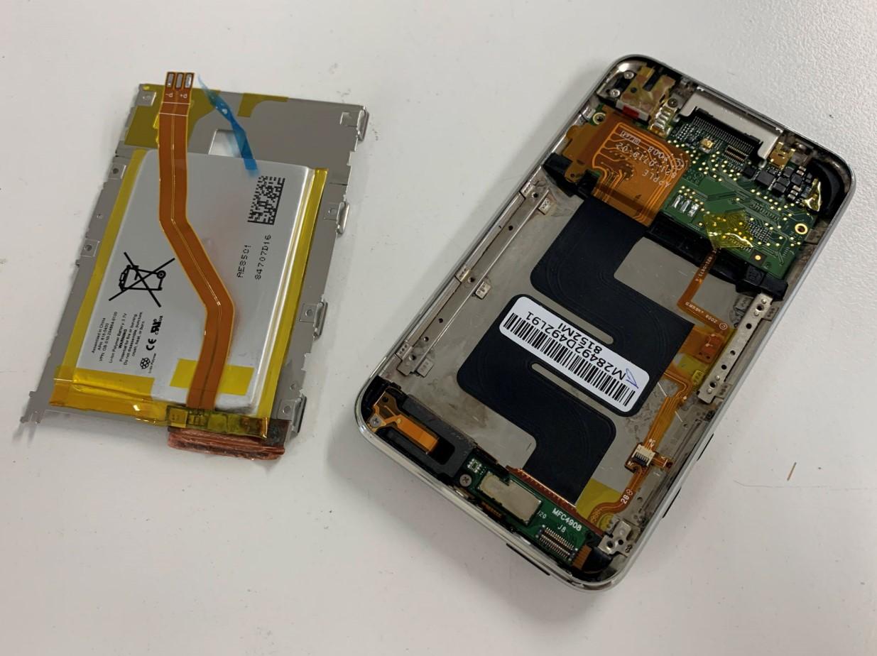 本体からバッテリーを取り出したiPod Touch 第2世代