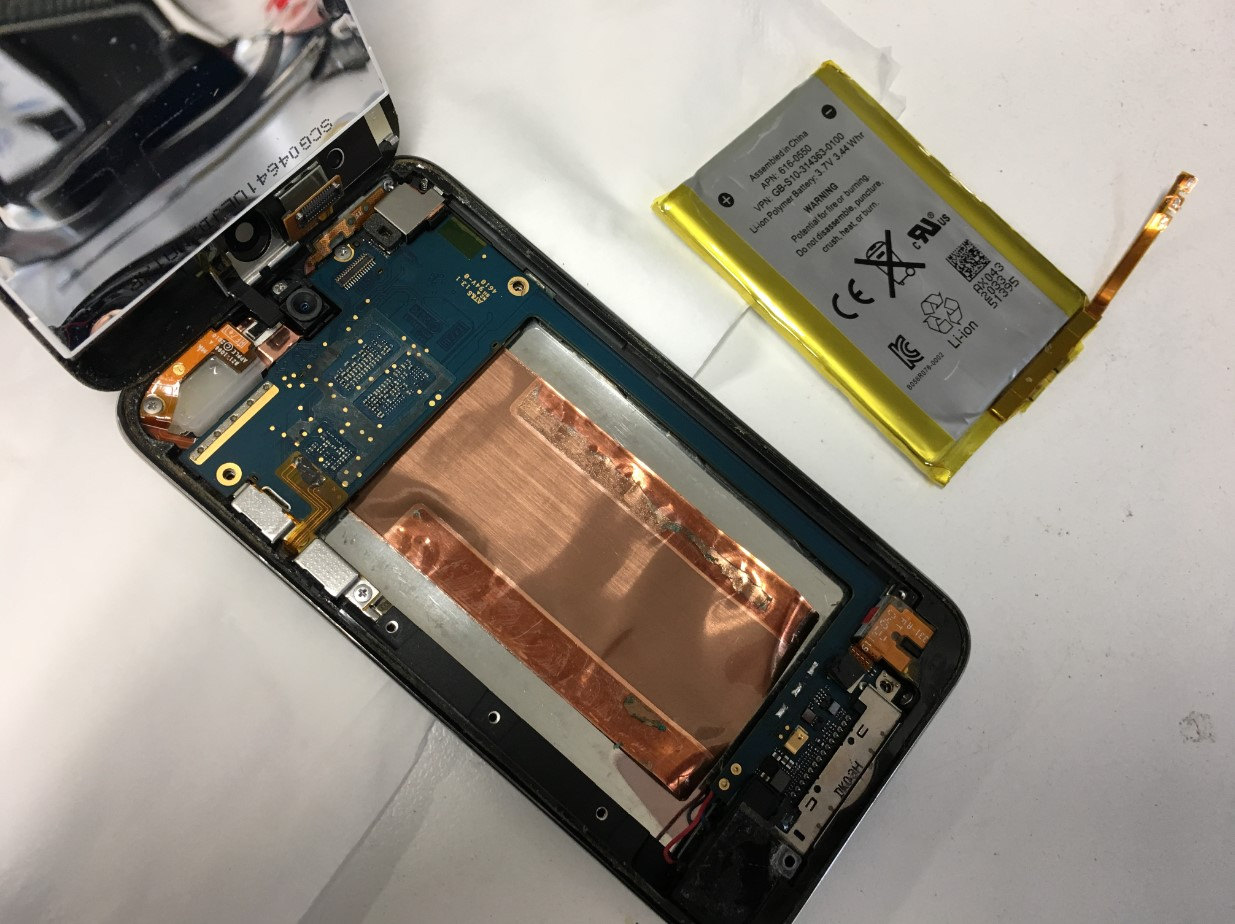 劣化したバッテリーを本体から取り出したiPod Touch4