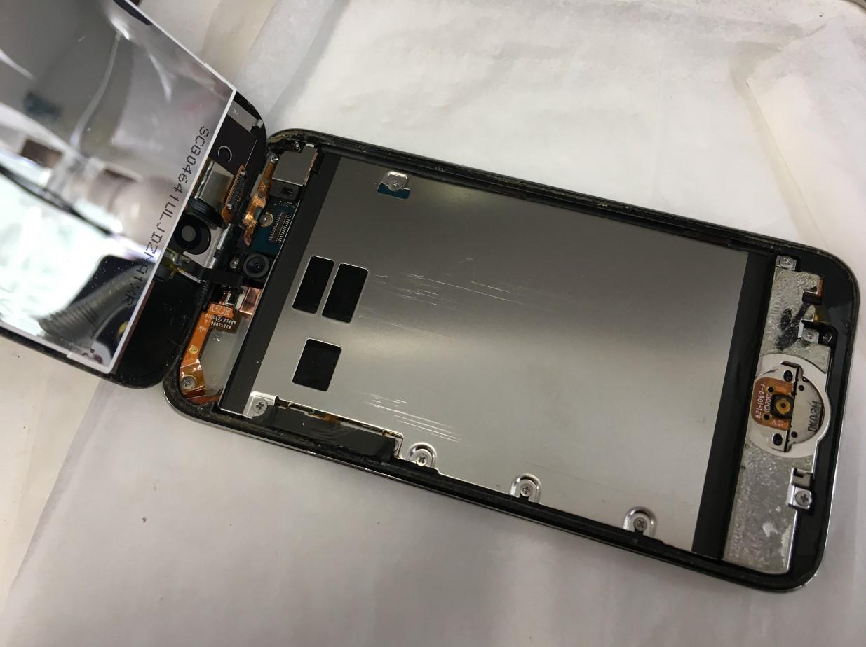 画面を剥がして分解したiPod Touch4