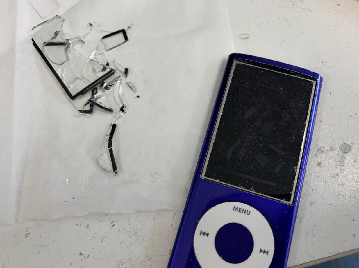 割れたガラスを綺麗に剥がしたiPod nano 第5世代