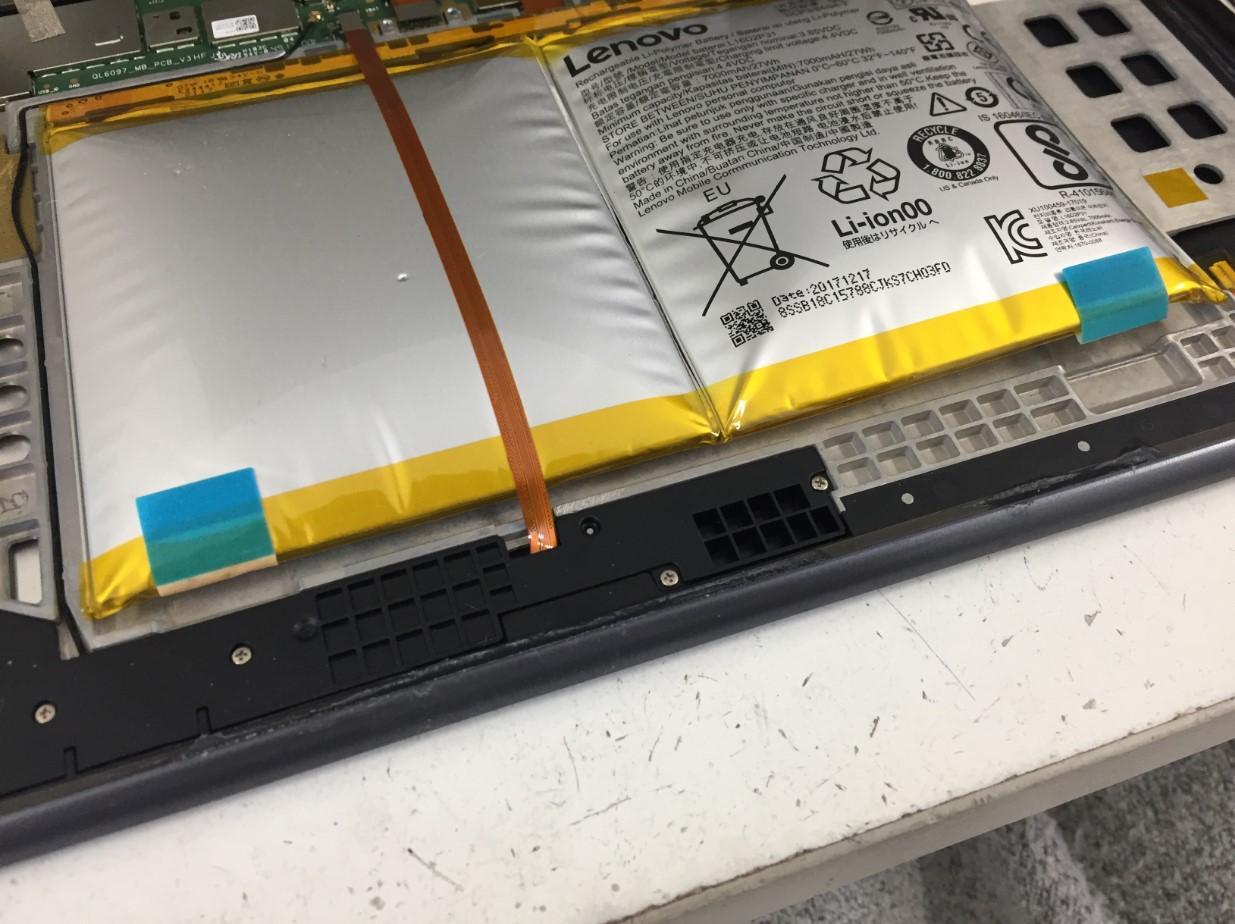 バッテリーシールで固定されたLenovo TAB4 10のバッテリー