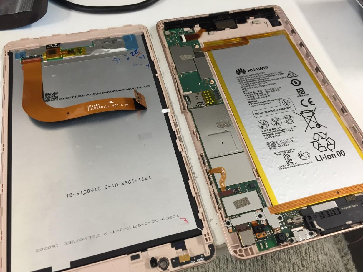 本体から画面パーツを取り出した華為 MediaPad M2 8.0