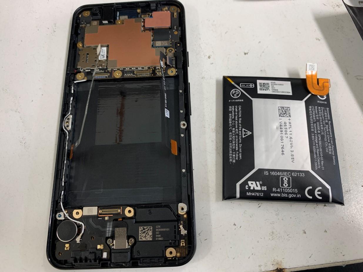 本体から劣化したバッテリーを取り出したPixel 3a
