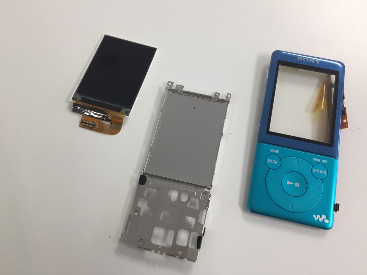 本体をバラバラに分解して液晶画面を取り出したNW-S775