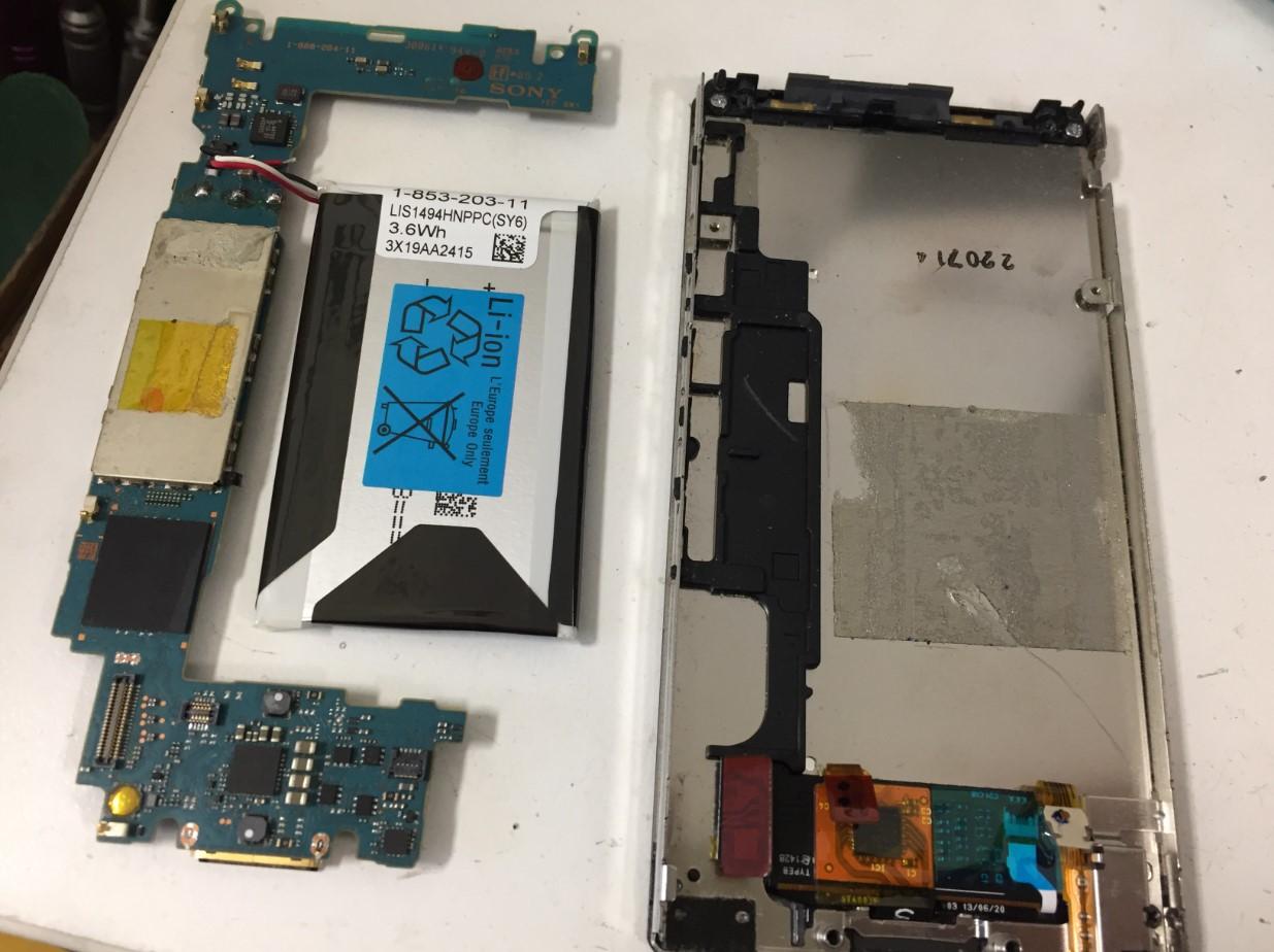 本体から基板とバッテリーを取り出したNW-F806