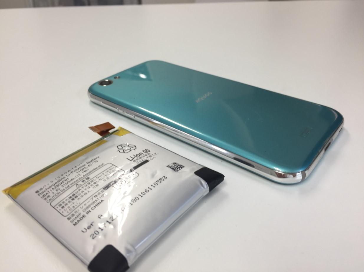 電池パック新品交換修理後の浮いた裏蓋が元通りになったAQUOS R