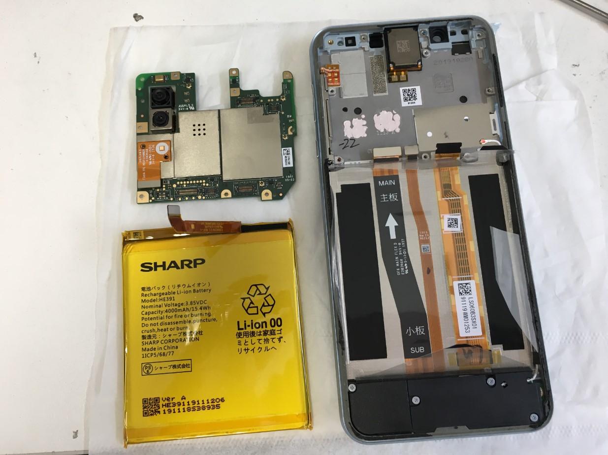 本体から基板とバッテリーを取り出したAQUOS sense3 Plus