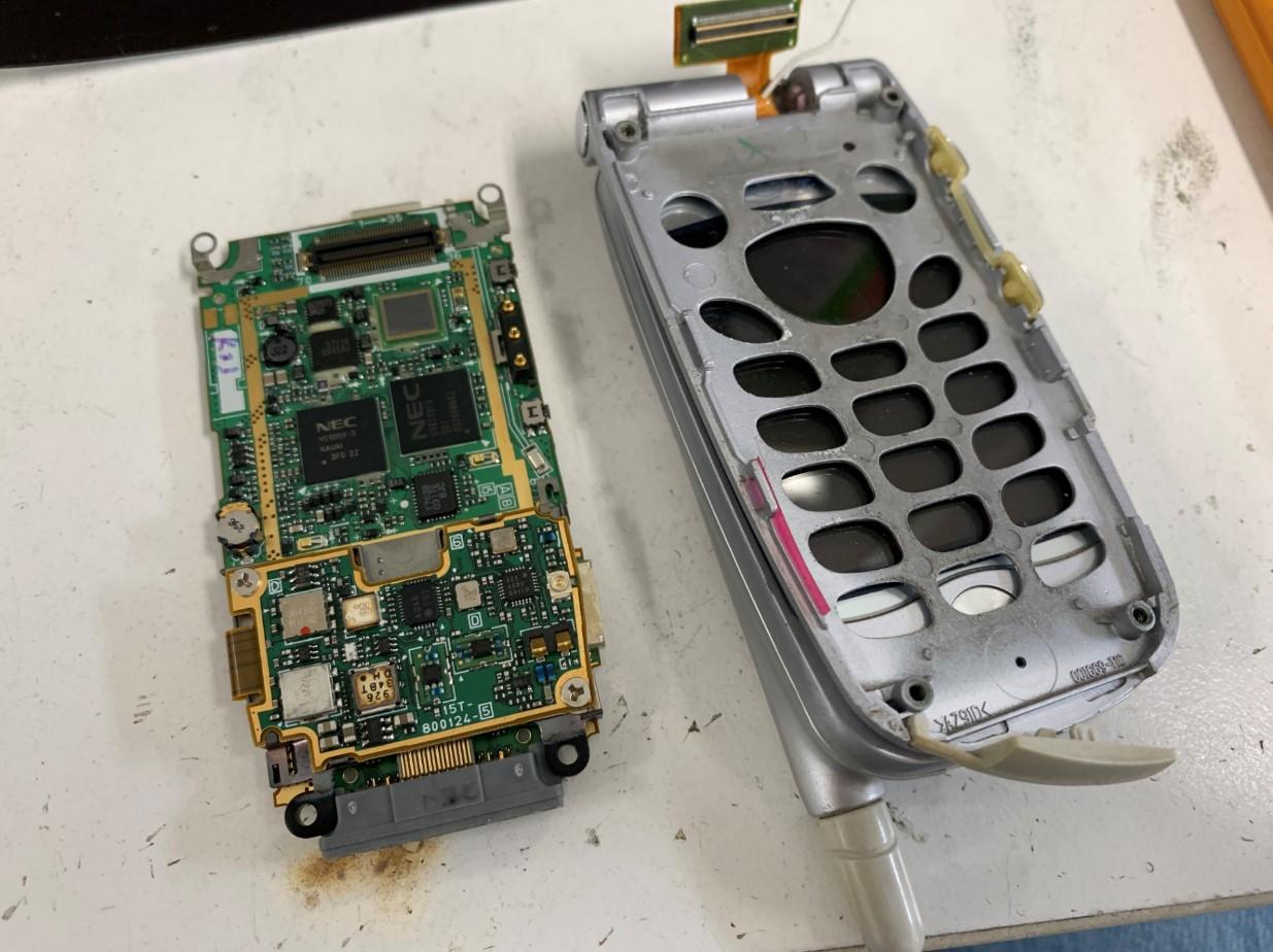 データが入った基板を本体から取り出したN504iS