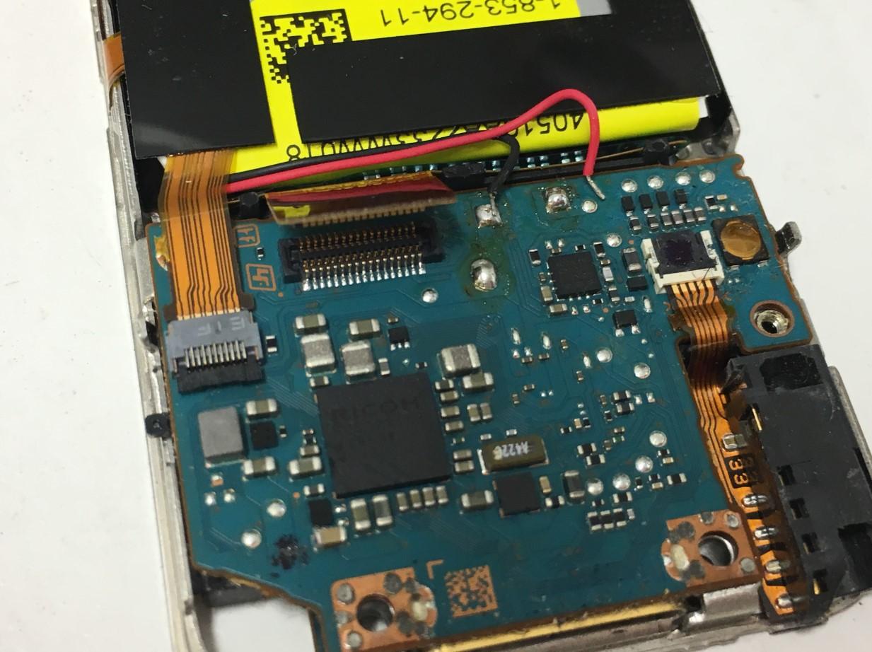 LCDのコネクタを外したウォークマン NW-S786