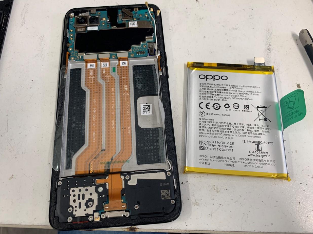 本体からバッテリーを剥がしたOPPO Reno A