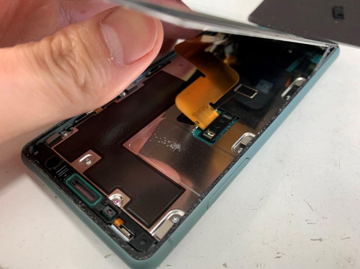 画面を剥がしたXperia XZ2 Compact(SO-05K)