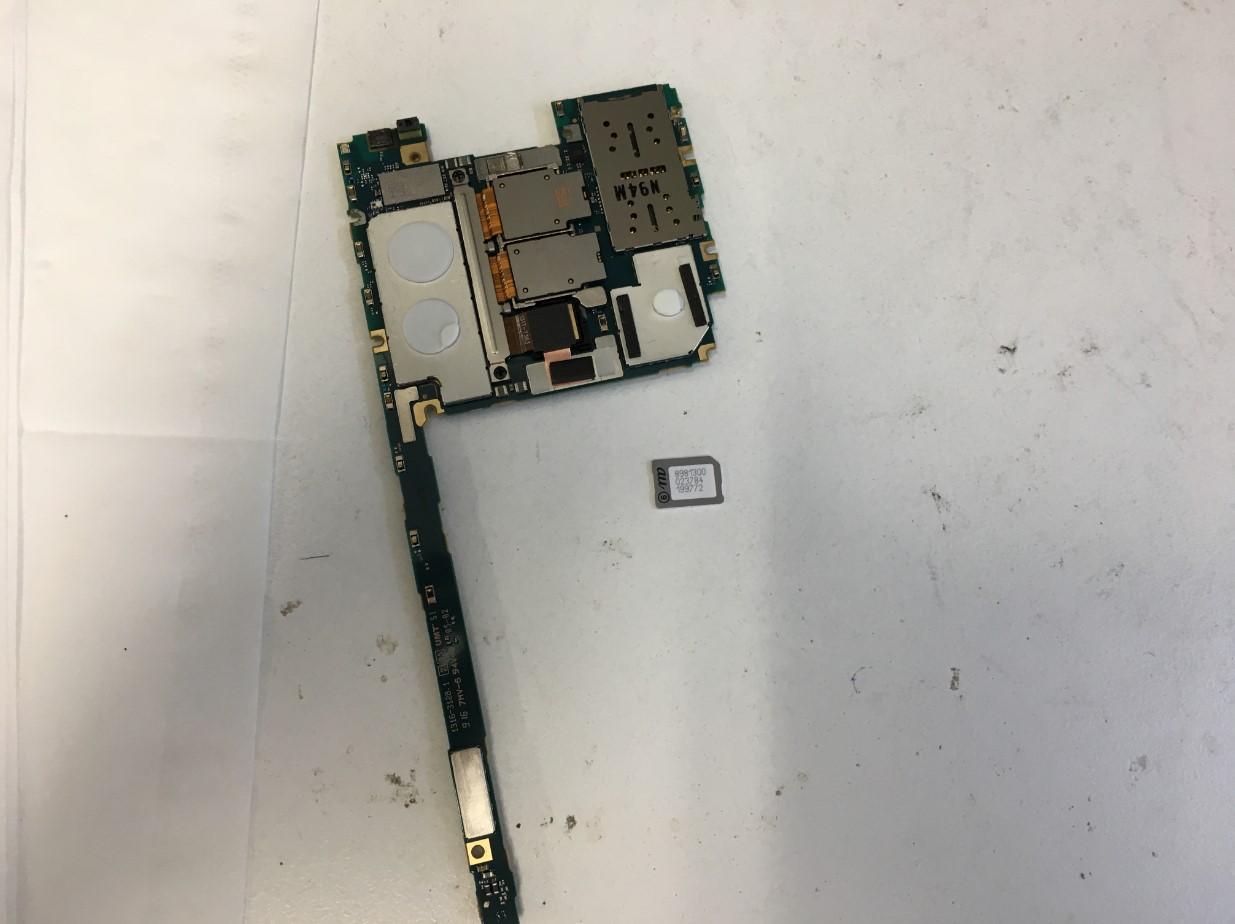 基板から詰まったSIMカードを取り出したXperia1