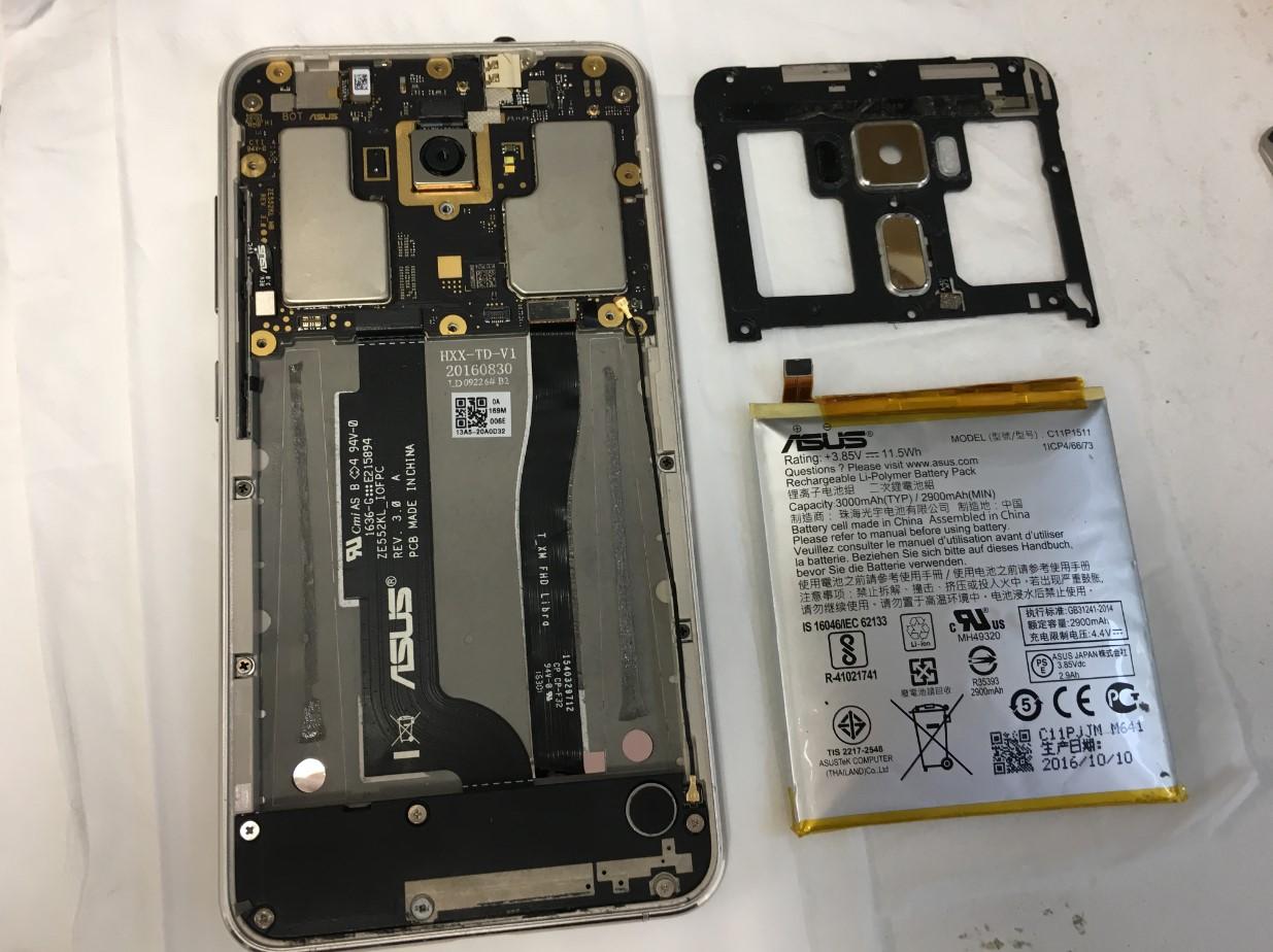 本体を分解して膨張したバッテリーを取り出したZenfone3