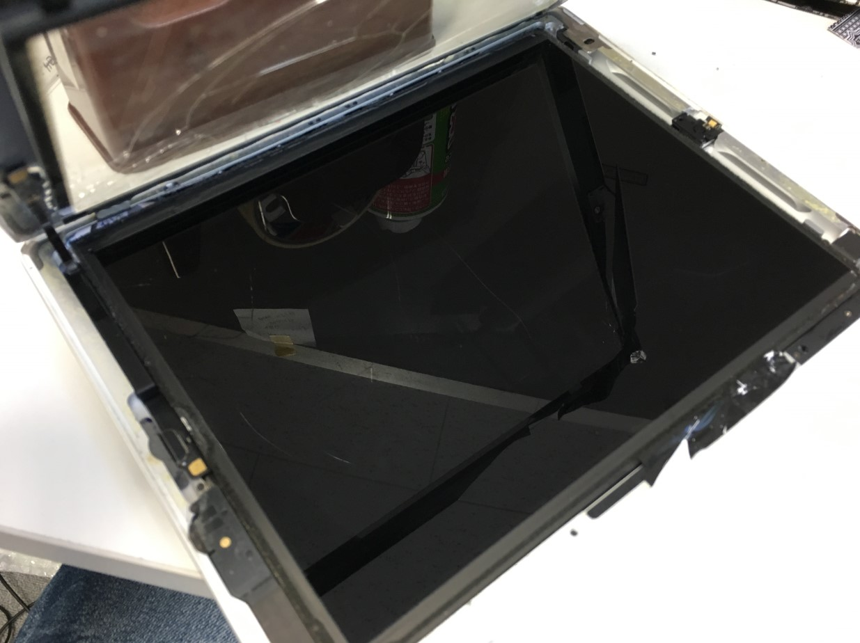 割れたガラスを持ち上げたiPad第4世代