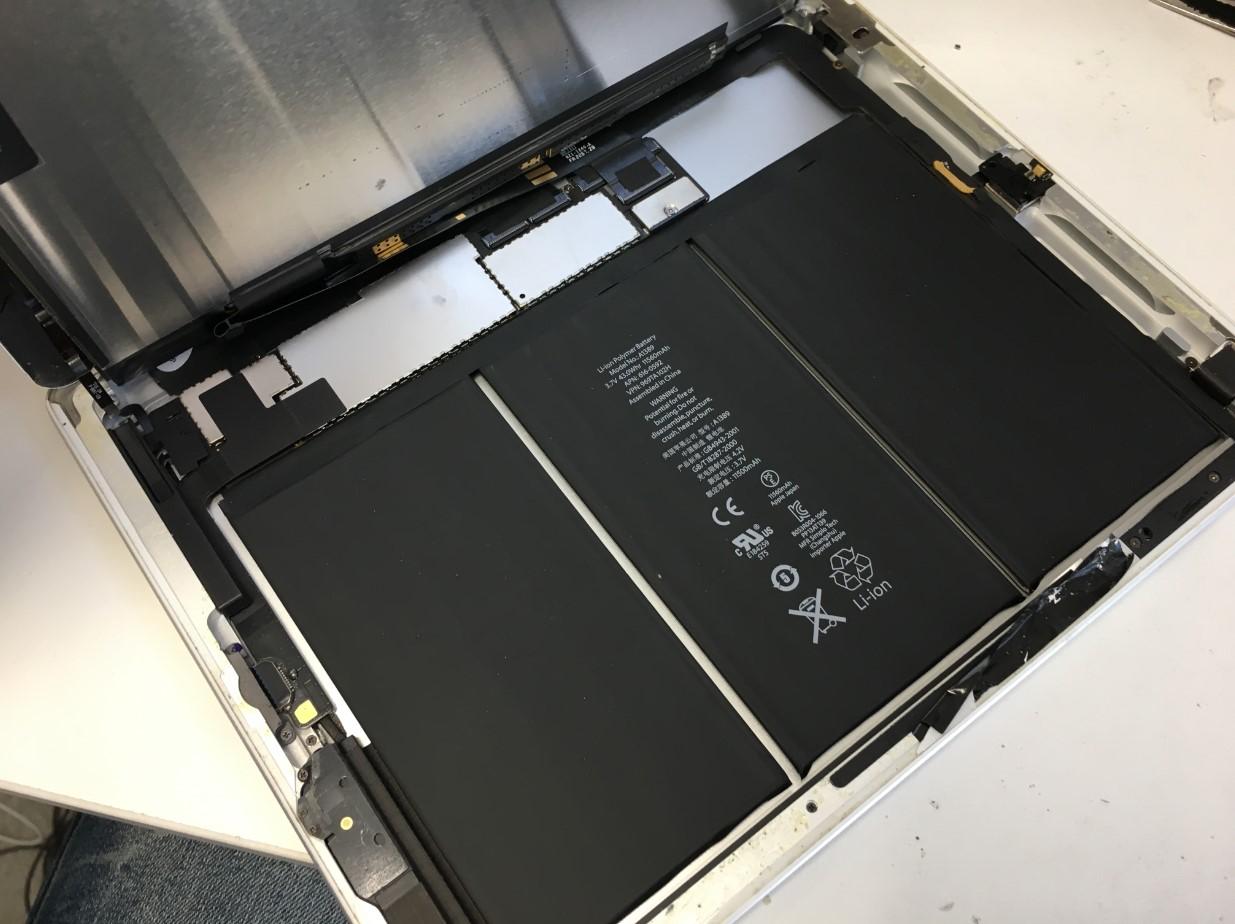 液晶画面を持ち上げたiPad第4世代