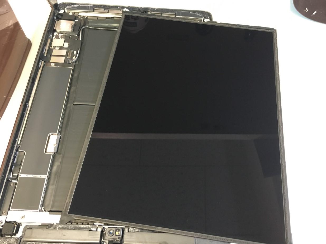 本体から液晶画面を取り出したiPad第8世代