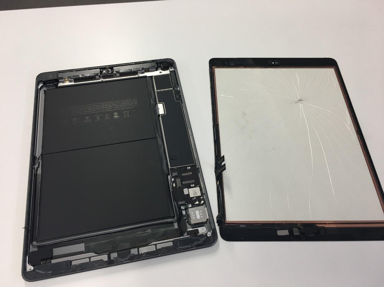 本体から割れた画面を取り出したiPad第8世代