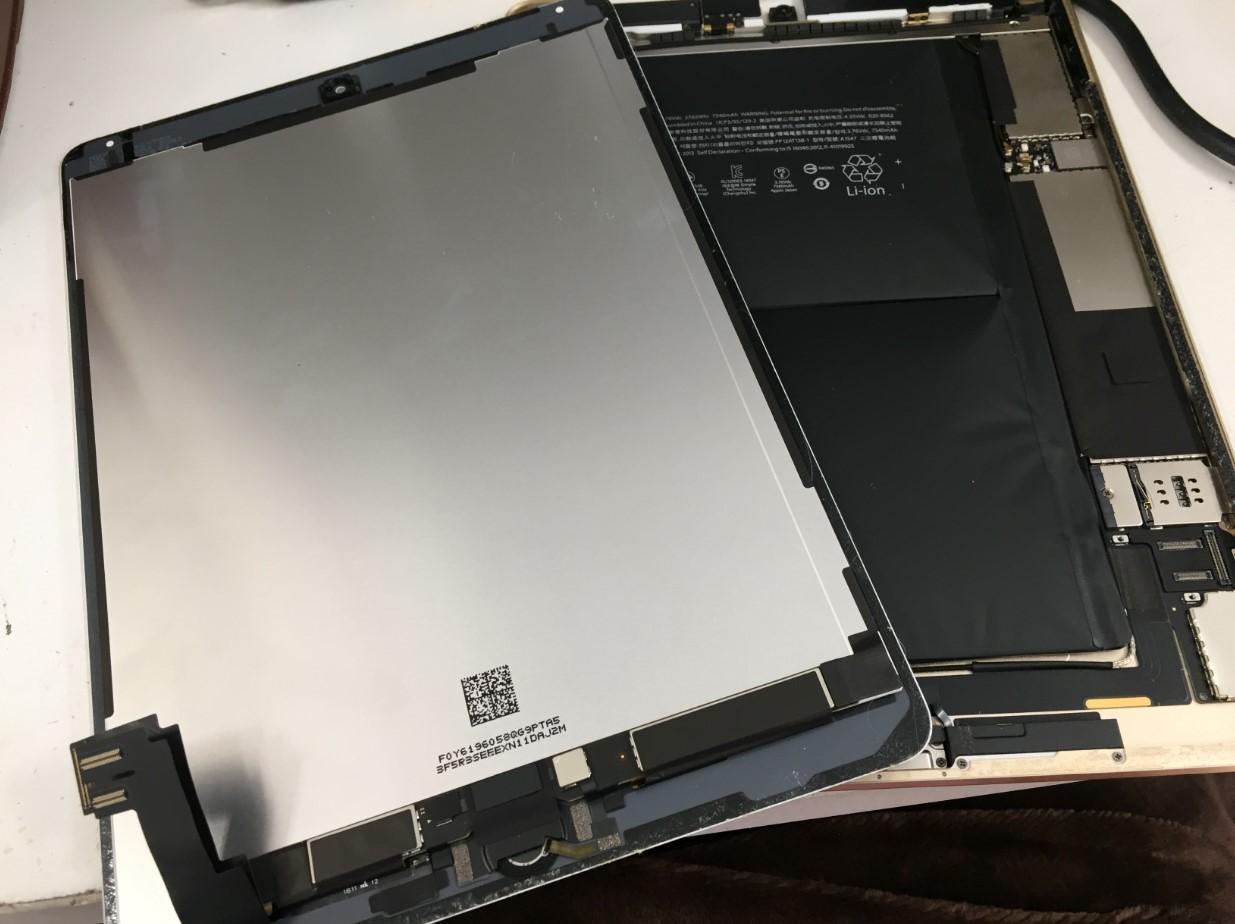 本体から画面パーツを取り出したiPad Air2