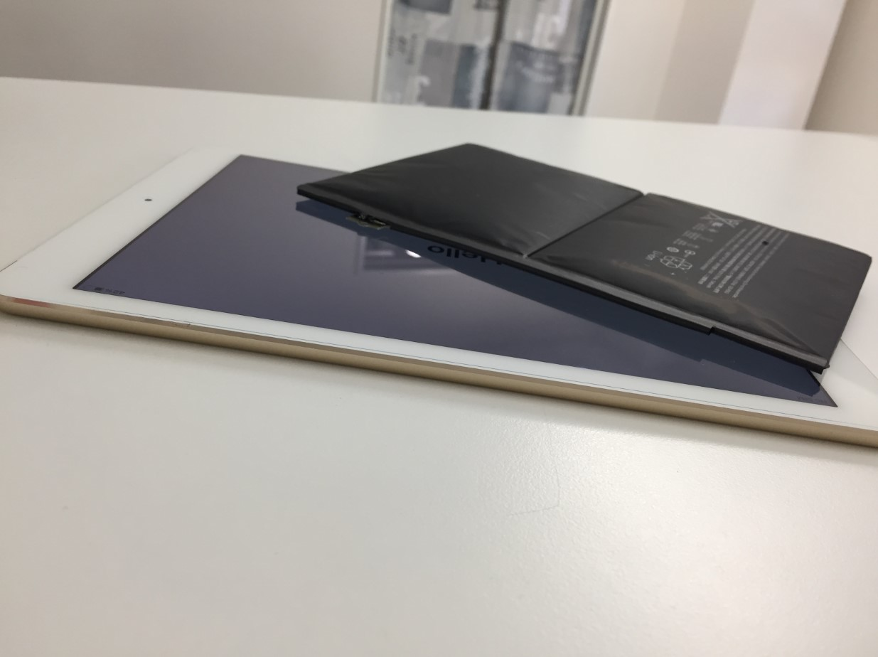 バッテリー新品交換することで剥がれた画面が元に戻ったiPad Air2