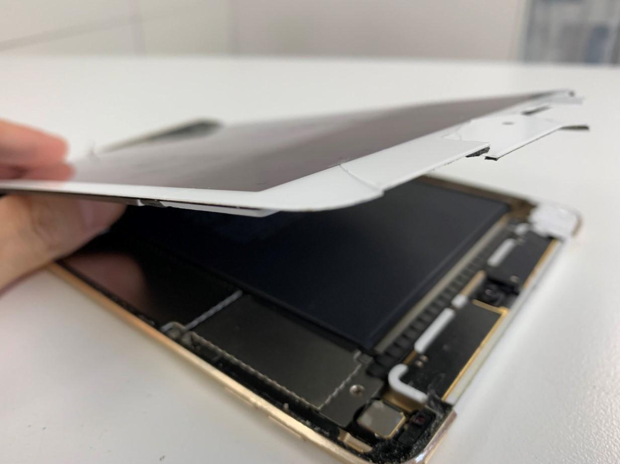 割れた画面を剥がしたiPad mini4