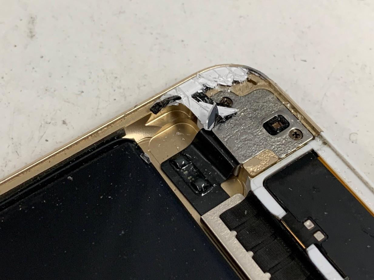 iPad mini4のフレームに残っているガラスの破片