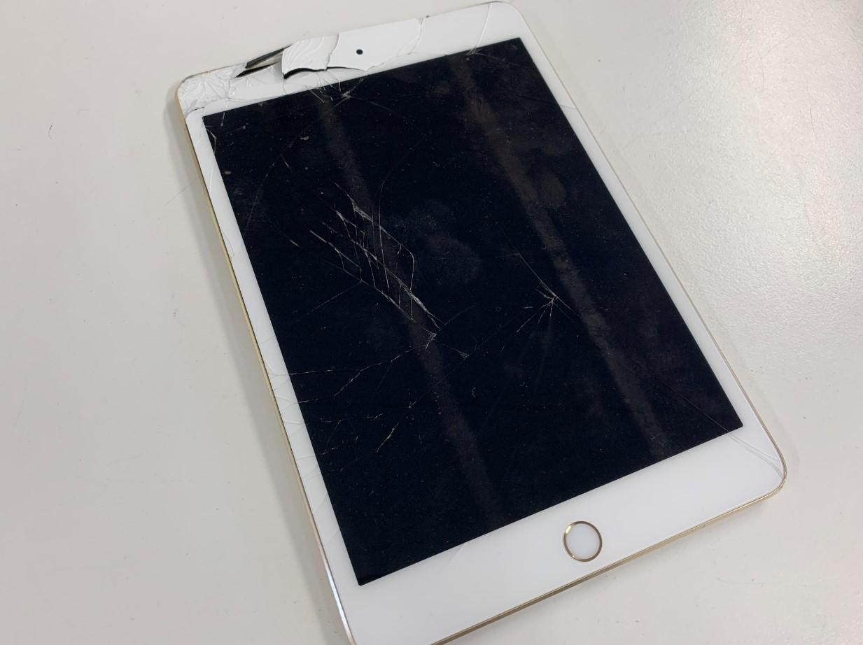 ガラスが割れて一部穴が空いたiPad mini4