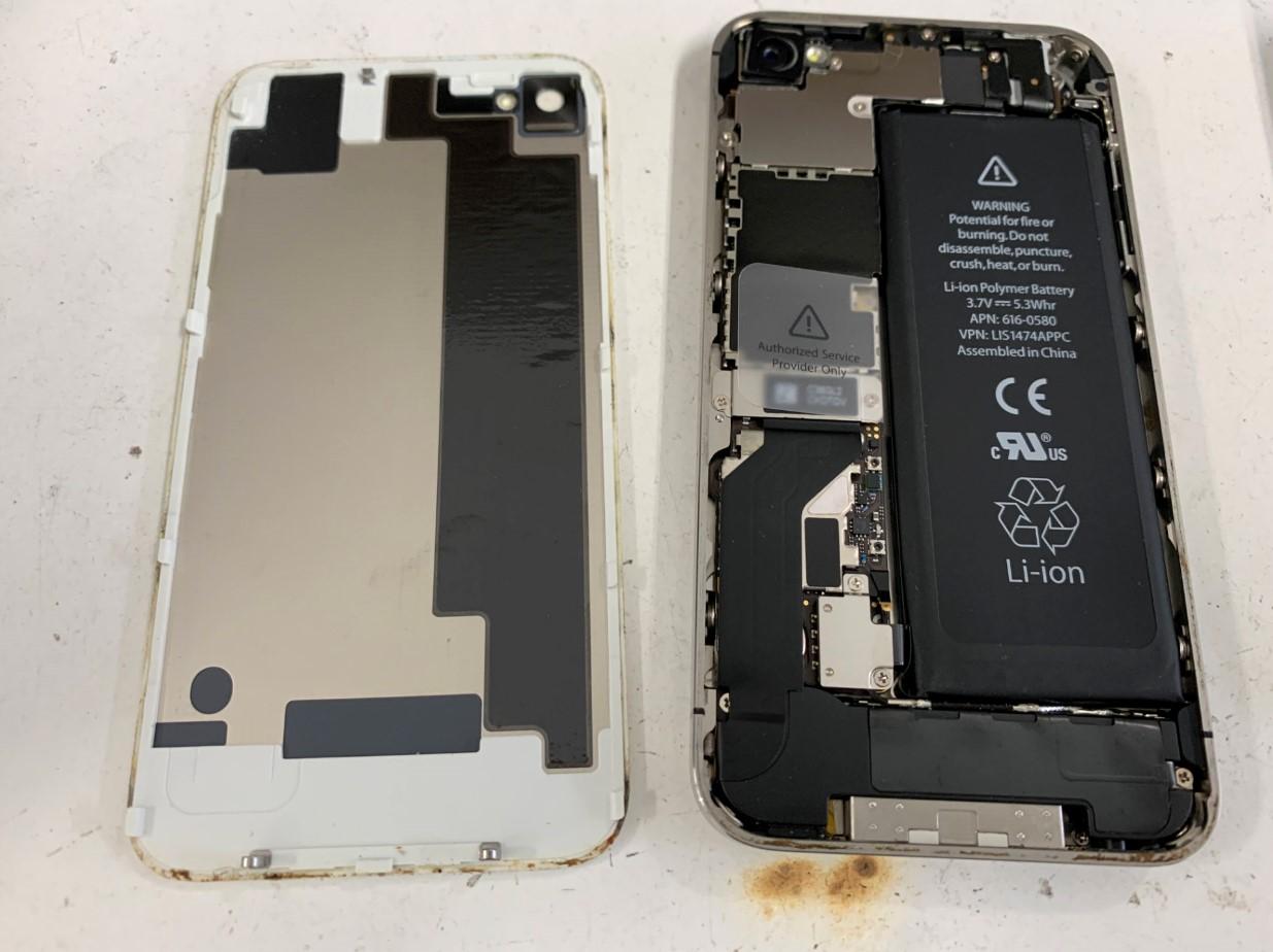 背面パネルを剥がしたiPhone4s