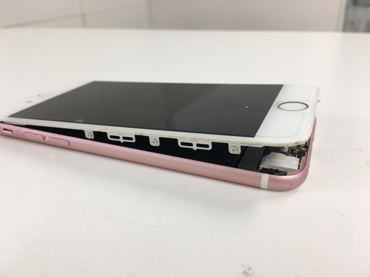 画面を剥がして取り外ているiPhone6s